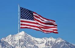Σημαία επάνω από το χιονώδες βουνό της Γιούτα Στοκ Εικόνες
