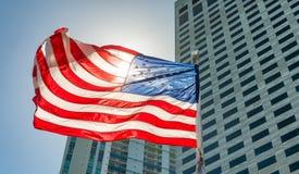 σημαία ΗΠΑ Αμερικανική σημαία με το φυσώντας αέρα Ανασκόπηση εικονικής παράστασης πόλης Στοκ Φωτογραφίες