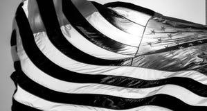 σημαία ΗΠΑ Αμερικανική σημαία με το φυσώντας αέρα Ανασκόπηση εικονικής παράστασης πόλης Στοκ Εικόνες