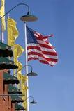 Σημαία και κίτρινα εμβλήματα που κυματίζουν από το τουβλότοιχο Στοκ εικόνες με δικαίωμα ελεύθερης χρήσης