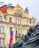 Σημαία και κτήρια αγαλμάτων στη πλατεία της πόλης Πράγα Στοκ Εικόνες