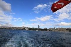 Σημαία και παλάτι Dolmabahce Στοκ φωτογραφίες με δικαίωμα ελεύθερης χρήσης