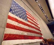 Σημαία μέσα στο εθνικά μνημείο & το μουσείο στις 11 Σεπτεμβρίου Στοκ Εικόνα