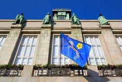 Σημαία με την εραλδική κάλυψη της πόλης των όπλων της Οστράβα, νέα αίθουσα πόλεων κωμοπόλεων Στοκ Εικόνες