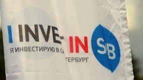 Σημαία με το εμπορικό σήμα επένδυσης της Αγία Πετρούπολης απόθεμα βίντεο