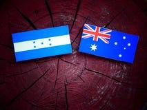 Σημαία Ονδουριανών με την αυστραλιανή σημαία σε ένα κολόβωμα δέντρων που απομονώνεται Στοκ Εικόνα