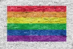 Σημαία ουράνιων τόξων που χρωματίζεται πέρα από το τουβλότοιχο Στοκ φωτογραφίες με δικαίωμα ελεύθερης χρήσης