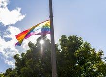 Σημαία ουράνιων τόξων φεστιβάλ υπερηφάνειας στις 19 Αυγούστου 2017 LGBT Doncaster σε ένα stre στοκ φωτογραφίες με δικαίωμα ελεύθερης χρήσης