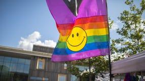 Σημαία ουράνιων τόξων φεστιβάλ υπερηφάνειας στις 19 Αυγούστου 2017 LGBT Doncaster σε ένα stre Στοκ Φωτογραφία