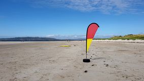 Σημαία που κυματίζει στην απονεμημένη παραλία Narin από Portnoo στη κομητεία Donegal, Ιρλανδία απόθεμα βίντεο