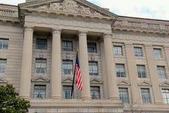 Σημαία που πετά μπροστά από το Herbert Γ Κτήριο Hoover, Ουάσιγκτον, συνεχές ρεύμα, 2015 στοκ εικόνες