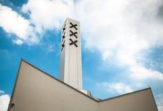 Σημαία πόλεων του Άμστερνταμ στην οικοδόμηση κτηρίου ενάντια στον όμορφο ουρανό Στοκ Φωτογραφία