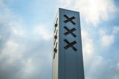 Σημαία πόλεων του Άμστερνταμ στην οικοδόμηση κτηρίου ενάντια στον όμορφο ουρανό Στοκ Φωτογραφίες