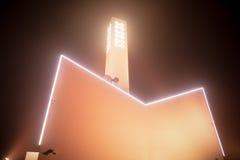 Σημαία πόλεων του Άμστερνταμ στην οικοδόμηση κτηρίου ενάντια στον όμορφο ομιχλώδη ουρανό νύχτας Στοκ Εικόνες