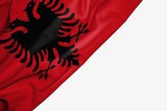Σημαία της Αλβανίας του υφάσματος με το copyspace για το κείμενό σας στο άσπρο υπόβαθρο ελεύθερη απεικόνιση δικαιώματος