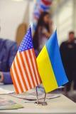 Σημαία της Αμερικής και της Ουκρανίας στον πίνακα, επιχειρησιακές σχέσεις μεταξύ των χωρών Στοκ εικόνες με δικαίωμα ελεύθερης χρήσης