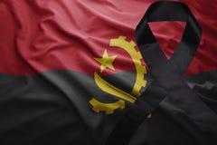 Σημαία της Ανγκόλα με τη μαύρη κορδέλλα πένθους Στοκ Εικόνες