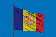 Σημαία της Ανδόρας που κυματίζει στον αέρα ενάντια στο βαθύ μπλε ουρανό Ανδοριανή σημαία στοκ φωτογραφία με δικαίωμα ελεύθερης χρήσης
