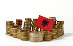 Σημαία της Αλβανίας με το σωρό των νομισμάτων χρημάτων Στοκ εικόνα με δικαίωμα ελεύθερης χρήσης