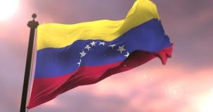 Σημαία της Βενεζουέλας που κυματίζει στον αέρα σε αργό στο ηλιοβασίλεμα, βρόχος απεικόνιση αποθεμάτων