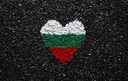 Σημαία της Βουλγαρίας, βουλγαρική σημαία, καρδιά στο μαύρο υπόβαθρο, πέτρες, αμμοχάλικο και βότσαλο, ταπετσαρία στοκ εικόνες