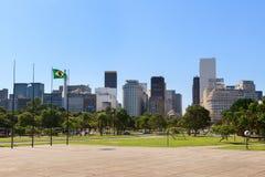 Σημαία της Βραζιλίας με την άποψη του Ρίο ντε Τζανέιρο Downtwn και περιοχής της Gloria Στοκ Φωτογραφία