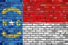 Σημαία της βόρειας Καρολίνας σε έναν τουβλότοιχο ελεύθερη απεικόνιση δικαιώματος