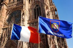 Σημαία της Γαλλίας και σημαία της πόλης του Στρασβούργου με τον καθεδρικό ναό της κυρίας μας Notre Dame στο υπόβαθρο Στοκ εικόνα με δικαίωμα ελεύθερης χρήσης
