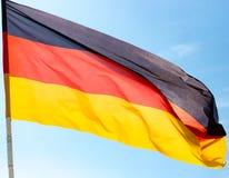 Σημαία της Γερμανίας ενάντια στο μπλε ουρανό Στοκ φωτογραφία με δικαίωμα ελεύθερης χρήσης