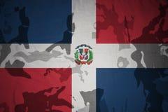 σημαία της Δομινικανής Δημοκρατίας στη χακί σύσταση τεθωρακισμένων επιθέσεων πράσινο m4a1 στρατιωτικό τουφέκι s σημαιών έννοιας σ ελεύθερη απεικόνιση δικαιώματος