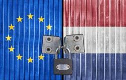 Σημαία της ΕΕ και των Κάτω Χωρών στην πόρτα με το λουκέτο Στοκ Εικόνες