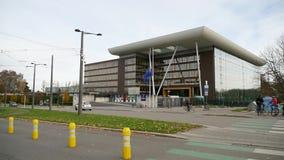 Σημαία της Ευρωπαϊκής Ένωσης που κυματίζει μπροστά από το κτήριο αγορών Συμβουλίου της Ευρώπης μετά από τις επιθέσεις του Παρισιο φιλμ μικρού μήκους