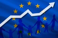Σημαία της Ευρωπαϊκής Ένωσης σε ένα υπόβαθρο να μεγαλώσει το βέλος και τους ανθρώπους με τα παιδιά που κρατούν τα χέρια Δημογραφι Στοκ εικόνα με δικαίωμα ελεύθερης χρήσης