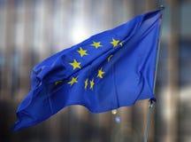 Σημαία της Ευρώπης του κτηρίου που θολώνεται Στοκ φωτογραφία με δικαίωμα ελεύθερης χρήσης