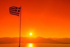 Σημαία της Ελλάδας στο ηλιοβασίλεμα Στοκ εικόνα με δικαίωμα ελεύθερης χρήσης