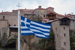 Σημαία της Ελλάδας στο μοναστήρι Meteora Στοκ Εικόνα