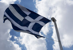 Σημαία της Ελλάδας στο υπόβαθρο μπλε ουρανού Στοκ Εικόνες