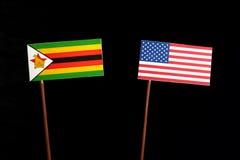 Σημαία της Ζιμπάμπουε με την ΑΜΕΡΙΚΑΝΙΚΗ σημαία στο Μαύρο Στοκ Εικόνες
