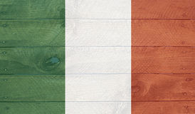 Σημαία της Ιρλανδίας στους ξύλινους πίνακες με τα καρφιά Στοκ Φωτογραφίες
