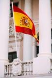 Σημαία της Ισπανίας στην πρόσοψη του παλαιού κτηρίου Στοκ φωτογραφία με δικαίωμα ελεύθερης χρήσης
