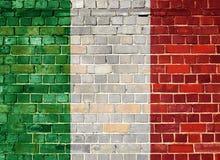 Σημαία της Ιταλίας σε έναν τουβλότοιχο Στοκ εικόνες με δικαίωμα ελεύθερης χρήσης