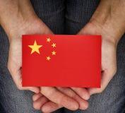 Σημαία της Κίνας εκμετάλλευσης γυναικών στους φοίνικές της Στοκ φωτογραφία με δικαίωμα ελεύθερης χρήσης