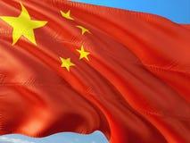 Σημαία της Κίνας που κυματίζει στον αέρα ενάντια στο βαθύ μπλε ουρανό Υψηλός - ποιοτικό ύφασμα στοκ εικόνες