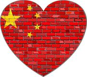 Σημαία της Κίνας σε έναν τουβλότοιχο στη μορφή καρδιών ελεύθερη απεικόνιση δικαιώματος