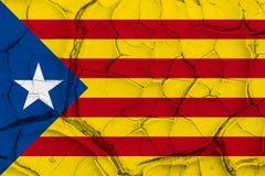 Σημαία της Καταλωνίας ανεξαρτησίας στο ραγισμένο υπόβαθρο σύστασης Στοκ εικόνα με δικαίωμα ελεύθερης χρήσης