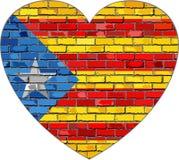 Σημαία της Καταλωνίας σε έναν τουβλότοιχο στη μορφή καρδιών ελεύθερη απεικόνιση δικαιώματος