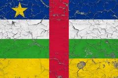 Σημαία της Κεντροαφρικανικής Δημοκρατίας που χρωματίζεται στο ραγισμένο βρώμικο τοίχο Εθνικό σχέδιο στην εκλεκτής ποιότητας επιφά στοκ φωτογραφία με δικαίωμα ελεύθερης χρήσης