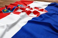 Σημαία της Κροατίας σε ένα ξύλινο υπόβαθρο γραφείων Τοπ άποψη σημαιών μεταξιού κροατική στοκ εικόνες με δικαίωμα ελεύθερης χρήσης