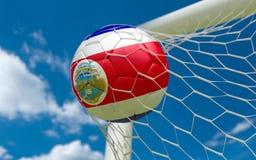Σημαία της Κόστα Ρίκα και σφαίρα ποδοσφαίρου στο στόχο καθαρό Στοκ Εικόνα