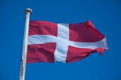 Σημαία της Μάλτας ενάντια στο μπλε ουρανό στοκ εικόνα